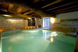 Vakantiehuis-met-binnenzwembad-Zuid-Frankrijk-12-personen