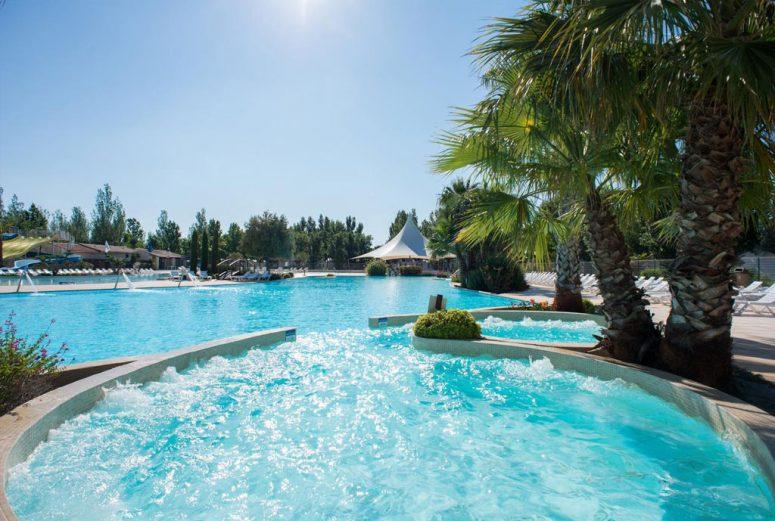 Camping-in-Vias-Zuid-Frankrijk-met-zwembad-en-glijbanen-aan-zee